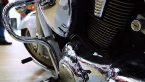 在另一辆自行车的摩托车引擎的镀铬物零件的反射 股票视频