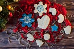 在另外圣诞节的顶视图装饰了姜饼曲奇饼 免版税库存图片