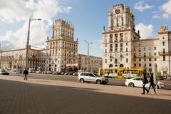 在叫作城市门的火车站正方形的两个塔在米斯克,白俄罗斯 库存照片