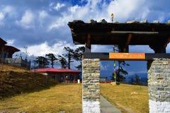 在叫作Druk或stupas附近的Druk Wangyal咖啡馆的108纪念品chortens Wangyal Chortens在Dochula通行证,不丹 图库摄影