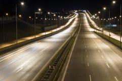在叫作Tricity环路波兰语的Tricity的高速公路S6 :Obwodnica Trojmiasta在晚上 免版税库存照片