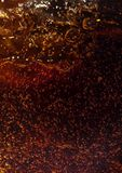 在可乐玻璃墙上的宏观黑泡影  免版税库存图片