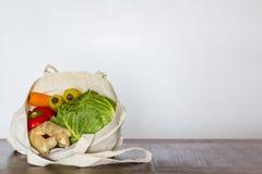 在可再用的袋子的杂货 零的废物,塑料自由概念 免版税库存照片