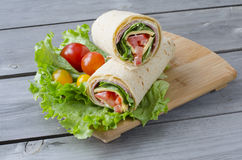 在可口吃平面的烤hame健康葱红色三明治菠菜蕃茄换行上添面包 库存照片