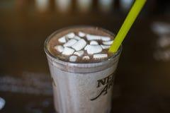 在可可粉泡沫的蛋白软糖 库存图片
