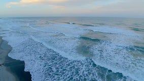 在可可粉海滩岸海岸线4k天线寄生虫的佛罗里达大西洋镇静白色泡沫似的波浪的温暖的日落日出  影视素材