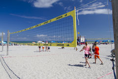 在可可粉海滩的排球网 库存图片