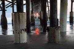 在可可粉海滩码头下的日出 免版税库存照片