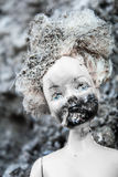 在可怕女孩玩偶的熔化和被烧的面孔 免版税库存照片