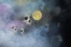 在可怕的夜烟的害怕的头骨鬼魂  免版税库存图片