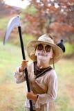 在可怕稻草人万圣夜服装打扮的孩子 库存图片