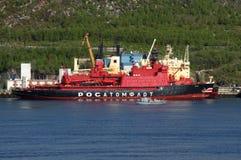 在可拉树海湾的原子破冰船Yamal停泊处 库存图片