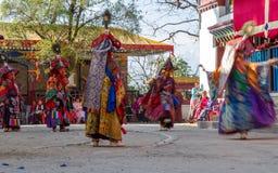 在可汗舞蹈节日期间,修士执行西藏佛教被掩没的和被打扮的舞蹈  舞蹈家弄脏了行动 免版税库存图片