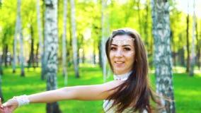 在可爱的女性舞蹈家的阳光执行在桦树树丛的性感的服装的 股票录像