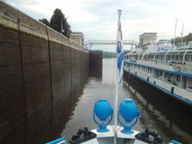 在可航行的水闸的小船 免版税图库摄影
