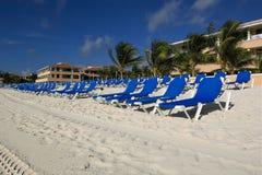 在可躺式椅手段附近的海滩 免版税库存照片