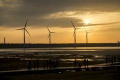 在台中Gaomei沼泽地的风力涡轮在日落期间 免版税库存照片