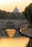 在台伯河和圣皮特,罗马的日落 库存照片