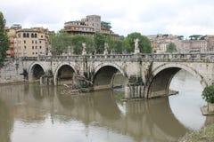在台伯河河,圣安吉洛桥梁的看法 免版税库存图片
