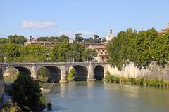 在台伯河河,罗马,意大利的桥梁 库存图片