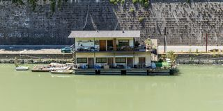 在台伯河的居住船在罗马 库存照片
