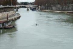 在台伯河的独木舟 免版税库存照片