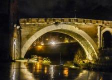 在台伯河,罗马的夜场面老桥梁 免版税库存照片