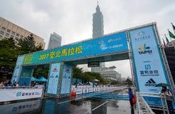 在台北101前面的终点线在2017年台北国际性组织期间的最后的片刻 库存图片