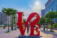 在台北101大厦之外的爱标志 免版税库存图片