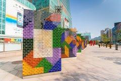 在台北101大厦前面的五颜六色的艺术品 免版税库存照片