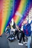 在台北LGBTQIA自豪感的一面彩虹旗子,台湾 2017年10月28日 免版税库存照片