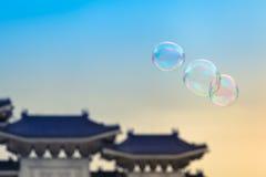在台湾天空的五颜六色的肥皂泡 库存图片