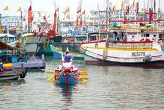 在台湾捕鱼港口的一条龙小船 免版税库存照片