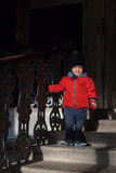 在台阶下的小男孩 免版税库存图片
