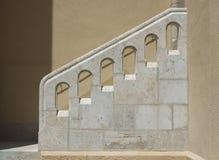 在台阶之外的扶手栏杆向白色扔石头 库存照片