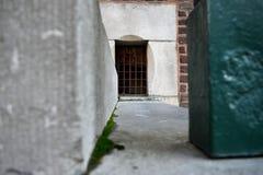 在台阶之间的小窗口 免版税图库摄影