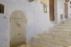 在台阶旁边的老房子 免版税库存图片