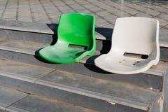 在台阶的两把空的椅子 免版税库存照片