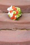 在台阶的新娘花束 库存图片