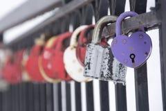 在台阶的栏杆的婚姻的锁 库存照片