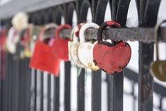 在台阶的栏杆的婚姻的锁 库存图片