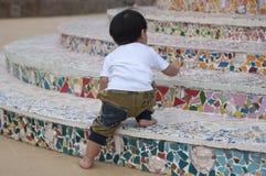 在台阶的男孩攀登 免版税库存照片