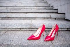 在台阶的红色妇女高跟鞋鞋子 图库摄影