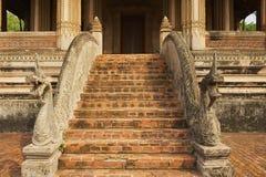 在台阶的纳卡人雕塑在贺尔Phra Keo佛教寺庙和博物馆外面在万象,老挝 免版税图库摄影