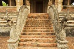 在台阶的纳卡人雕塑在贺尔Phra Keo佛教寺庙和博物馆外面在万象,老挝 免版税库存照片