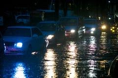 在台风期间,日本汽车在一个深水池被困住在黑暗期间 库存图片
