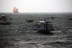 在台风期间的小船 免版税库存图片