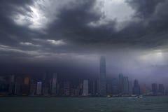 在台风攻击下的香港地平线 图库摄影