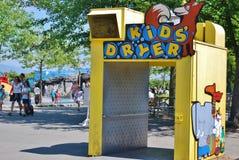 在史丹利公园防波堤的孩子的烘干机 免版税库存照片