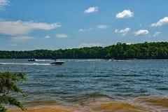 在史密斯Mountain湖的划船 免版税库存图片